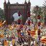 BRAS DE FER. Ce dimanche 11 septembre, des centaines de milliers de Catalans sont descendus dans les rues, comme ici à Barcelone, pour réclamer la sécession avec l'Espagne, et pousser les partis à surmonter leurs désaccords sur la voie à suivre vers l'indépendance. Le projet, qui devrait aboutir à la mi-2017, avance moins vite que prévu en raison des divisions entre les partis séparatistes.
