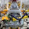 DERNIER CRIC.Pas un ouvrier en vue, la chaîne est entièrement robotisée. Et pourtant, nous sommes en Chine   une nation qui ne manque pas de main-d'œuvre  , dans la dernière des quatre usines issues du partenariat conclu en 2010 entre le constructeur chinois Dongfeng et le français PSA. Grâce à cette nouvelle unité, inaugurée début septembre à Chengdu, dans la province du Sichuan, Peugeot Citroën espère atteindre avant la fin de l'année 2016 une production totale de 1 million de véhicules par an, et de 1,5 million en 2020. Un investissement justifié par le très fort potentiel du marché automobile dans ce pays : les Chinois ne possèdent que 70 véhicules pour 1000 habitants, contre 600 pour 1000 en Europe et 700 pour 1000 aux Etats-Unis.