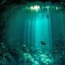 TROU BLEU.Ce gouffre sous-marin fait partie de l'un des plus beaux sites de plongée du monde : le réseau de quelque 2500 cenotes qui s'étend au large de la côte du Yucatán, au Mexique. Un gigantesque labyrinthe de cavernes englouties, presque toutes reliées entre elles par des couloirs sécurisés avec des fils d'Ariane, le tout entre 30 et 60 mètres de profondeur : un paradis pour les plongeurs et pour les photographes, attirés par la transparence des eaux autant que la splendeur des chapelets de stalagmites et stalactites qui ornent ce dédale de grottes. L'endroit, creusé par l'effondrement d'un plateau calcaire qui culminait autrefois à 45 mètres au-dessus de l'océan, était déjà vénéré par les Mayas pour ses mystères et sa beauté.