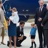 A HAUTEUR DU FUTUR ROI. Fraîchement débarqués le 24 septembre sur le tarmac de l'aéroport de Victoria, en Colombie-Britannique, Kate et William de Cambridge, accompagnés de leurs deux enfants, Charlotte et George, ont été accueillis par le gouverneur général du Canada, représentant de la reine (on le voit ici, de dos, converser avec William), et le nouveau Premier ministre de 44 ans, Justin Trudeau. Genou à terre devant l'aîné du couple princier, celui-ci n'a pas réussi à en obtenir un seul sourire : George était grincheux, et pourtant Justin Trudeau n'était pas le seul à être à ses genoux… Les trois quarts de cette cérémonie ont été filmés à la hauteur du royal bambin.