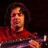 Mondialement reconnu, Ayaan Ali Khan est le représentant de la 7éme génération d'une lignée musicale de joueurs de sarod (luth indien). Fils et disciple de l'icône Amjad Ali Khan, grand représentant de la musique classique indienne.