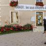 Sur la façade de la mairie de Clion, dans l'Indre, s'affiche le mécontentement local contre le projet du fusion des collectivités territoriales.