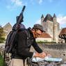 Dans un village au sud de Chateauroux, devant le parapet d'une douve qui sert de support pour déployer une carte.
