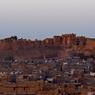 Dominée par son incroyable citadelle, Jaisalmer, la cité du désert, à pendant des siècles, vécu du commerce et du passage des caravanes venant de Perse ou d'Arabie.
