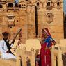 Sur les remparts de la citadelle de Jaisalmer, les musiciens Manghaniyars, gardiens du berceau historique de toute la musique tzigane et gitane perpétuent la tradition.