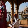 Au sud des remparts du fort de Jaisalmer, au nord-ouest de l'Inde, le lac Gadisar, réservoir de la ville jusqu'en 1950, abrite un temple de Shiva. Les musiciens viennent jouer le matin pour les touristes, dans la fraîcheur et le calme.
