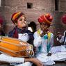 Au Rajasthan pour les Manghaniyars, la musique est une seconde langue comme inscrite dans les gènes. Ces transmissions familiales en fait des musiciens d'une qualité exceptionnelle.
