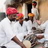 A Barna tout est prétexte à chanter ou à jouer. Ici, Taleb Khan Barna est entouré des musiciens de la famille dans l'académie de musique qu'ils ont créée dans leur village. C'est là que les enfants viennent suivre son enseignement.