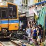 CIRCULEZ, IL A Y TOUT Á VOIR.C'est un rituel bien connu et un ballet de couleurs rythmé comme un métronome. Plusieurs fois par jour, le train qui relie Ban Laem à Mae Klong (Samut Songkhram), à une heure de route environ de Bangkok, la capitale thaïlandaise, traverse la ville à petite vitesse, puis son immense marché installé le long des voies de chemin de fer. En quelques minutes à peine, tandis que le conducteur actionne sa sirène, tous les commerçants relèvent leurs étals et replient leurs parasols devant la motrice. Tous les stands installés de part et d'autre des rails disparaissent puis réapparaissent, après le passage du train, comme par enchantement. Personne n'élève la voix ni ne se plaint. C'est comme cela. Même le conducteur n'y prête plus attention.