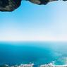 Á UN FIL.Cette image saisissante du photographe Micky Wiswedel a remporté le concours de photographie sportive Red Bull Illume Image Quest 2016 dans la catégorie « Ailes ». Mais, au-delà de sa beauté graphique et de sa portée spectaculaire, l'instant capturé aurait pu avoir une issue tragique. Lors de l'ascension, très technique et particulièrement dangereuse, d'une des plus difficiles voies d'escalade de la célèbre Table Mountain, un massif de la province du Cap-Occidental en Afrique du Sud, l'alpiniste Jamie Smith a brutalement dévissé. Heureusement, sa corde et son harnais ont tenu le choc et il n'a pas été blessé. Opiniâtre, il a même repris sa montée sur la paroi avant de tomber une deuxième fois, puis une troisième pour enfin atteindre le sommet.