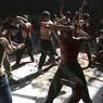COMMÉMORATION. Ce dimanche 9 octobre à Kaboul en Afghanistan, ces hommes se sont mutilés pour l'Achoura. Des milliers de chiites commémorent ainsi le martyre de l'imam Hossein, petit-fils du prophète Mahomet. A cette occasion, ils ont participé à des rituels de flagellation avec des chaînes au bout desquelles sont attachés des couteaux avant de se laisser tomber à genoux, le dos ensanglanté.