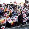EN MASSE. Ce mercredi 12 octobre, de nombreux curieux ont fait le déplacement jusqu'à Oyama au Japon dans la préfecture de Tochigi pour accueillir le couple impérial, Akihito et Michiko mais aussi le roi des Belges Philippe et son épouse la reine Mathilde. A leur passage, la foule compacte mais très disciplinée, comme toujours dans ce pays, a brandi des drapeaux aux couleurs des deux pays.