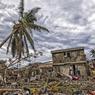 ANÉANTI.A Jérémie, quatre maisons sur cinq ont été emportées par l'ouragan Matthew qui a déferlé sur Haïti le 4 octobre. Cette commune de près de 115000 habitants, située sur la péninsule sud-ouest de l'île, a subi la tempête de plein fouet. Chef-lieu du département de Grand'Anse, la ville ne fait pas seulement face à la dévastation, elle est exposée à un afflux de réfugiés des campagnes poussés par la faim. Ces derniers se ruent sur Jérémie, plaque tournante de l'aide humanitaire acheminée par hélicoptère depuis la catastrophe, en espérant y trouver de quoi manger. Pour ces malheureux, l'eau potable reste la première urgence car les vents soufflant à plus de 230 km/h ont également poussé l'eau de mer vers la terre et souillé les rares ressources disponibles.