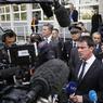 SOUTIEN. Ce lundi 10 octobre, le gouvernement a affiché fermeté et soutien à la police après l'attaque au cocktail Molotov contre quatre agents, dont l'un se trouve toujours entre la vie et la mort. Manuel Valls a fait le tour des commissariats de l'Essonne, comme ici en image à Juvisy-sur-Orge, où sont basés deux des policiers blessés. La police nationale a lancé un appel à témoins «pour aider les enquêteurs à retrouver les auteurs de la tentative d'assassinat contre les policiers».