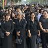 Vêtue de noir, la population s'est rassemblée jusque devant le Grand Palais à Bangkok, afin de rendre hommage à lKing Bhumibol. Un jour ferié a été instauré, pour qu'elle puisse prendre part à toutes les cérémonies de deuil, mises en place au long de la journée. Le matin, le gouvernement a demandé au secteur du «divertissement» de cesser toute activité pendant 30 jours.