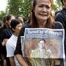 Une femme en larmes, parmi la foule endeuillée qui s'est réunie devant le Palais Royal.