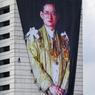 EN GRAND DEUIL.Encordés, ces ouvriers installent un immense portrait de Sa Majesté Bhumibol Adulyadej, mort à 88 ans, après soixante-dix ans de règne. Toute la Thaïlande est en grand deuil et pleure son souverain, garant de l'unité du pays et père de la nation. Pour lui rendre hommage, la foule s'est habillée en noir. Partout, on se rassemble : aux entrées des temples, où chacun y va de sa prière, de son offrande pour la glorification du défunt. Le marché aux amulettes et le stade de boxe de Bangkok, ainsi que le marché de nuit de Chiang Mai sont fermés jusqu'à nouvel ordre, et de nombreux festivals, concerts et spectacles, qui devaient se dérouler en octobre, novembre et décembre, ont été purement et simplement annulés.