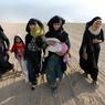 LIBÉRÉEES. Pour elles, le calvaire est bientôt fini. Après des mois de domination et d'occupation par les fanatiques de l'Etat islamique, leur village situé au sud de Mossoul vient d'être repris par l'armée irakienne. Les mains vides, ces jeunes femmes et leurs enfants ne savent pas dans quel état elles vont retrouver leur habitation. Qu'importe. Appuyée par des soldats de la coalition internationale et des combattants kurdes, l'offensive irakienne ne cesse de monter en puissance. Mais elle se heurte à une forte résistance et à de nombreux obstacles : talus, tranchées remplies de pétrole, véhicules bourrés d'explosifs ou tunnels permettant aux djihadistes de reprendre leurs positions. La bataille de Mossoul n'est pas encore gagnée.