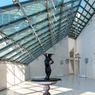La lumière s'invite au Mudam. Le musée coiffé en partie d'une verrière est construit en pierre de Magny dorée...bluffant!