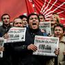 CENSURE. La vague de répression instaurée par le président turque, Recep Tayyip Erdoğan, au lendemain du coup d'état manqué du 15 juillet 2016, ne faiblit pas. Le matin du 31 octobre, Murat Sabuncu, rédacteur en chef du journal d'opposition Cumhuriyet, a été arrêté avec une dizaine de ses confrères. Dès le lendemain les journalistes du quotidien ont manifesté leur soutien à leur rédacteur en chef dénonçant la censure du gouvernement.