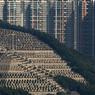SURPOPULATION. Le manque de place, pour les vivants comme pour les morts, saute aux yeux sur ce cliché pris à Hongkong, une métropole de 7,2 millions d'habitants qui n'arrive plus à enterrer les quelque 50000 personnes qui y décèdent chaque année; pas même à 30000 euros la minuscule parcelle, comme dans ce cimetière privé construit à partir de 1882 sur la colline de Pok Fu Lam, à grand renfort de gradins et d'escaliers très incommodes. Une situation qui s'aggrave aussi dans les columbariums. D'où l'idée d'en construire un en forme de stade flottant, capable d'abriter près de 400000 urnes, qui ne se rapprocherait des côtes que deux fois par an à l'occasion des fêtes des Morts célébrées en Chine en avril et en octobre.