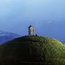 AU SEIN DE L'ISLANDE. Ce mamelon artificiel, érigé en décembre 2013 au bout de l'une des jetées du port de Reykjavík, est devenu en peu de temps l'un des rares monuments emblématiques de l'Islande… au même titre que la tour Eiffel pour la France ou le mont Rushmore pour les Etats-Unis. Et c'est la raison pour laquelle on l'a beaucoup vu samedi dernier alors que ce petit pays de 330000 habitants procédait à des élections législatives anticipées qui n'ont pas vraiment modifié les rapports de force entre ses sept formations politiques. Un coup pour rien, donc, mais l'occasion de découvrir ce thufa haut de 8 mètres et couronné d'un fumoir à poissons miniature, l'un des meilleurs points de vue sur la capitale islandaise;