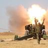 ASSAUT SU MOSSOULl. Photographié le 29 octobre, ce tir d'un obus explosif témoigne de l'avancée des forces régulières irakiennes vers la troisième ville de leur pays, occupée par Daech depuis juin 2014. Mais les combattants islamistes ont beau être dix fois moins nombreux que leurs assaillants, cette bataille n'en sera pas moins « très difficile ». Car le problème est que Daech a eu le temps de s'y préparer et qu'il ne recule devant rien pour résister : l'ONU vient de dénoncer la prise en otage de 8000 civils, aussi sunnites que les membres de Daech, mais voués par eux à leur servir de boucliers humains.