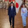VISITE OFFICIELLE. Après la Chine les États-Unis ou l'Inde, la conseillère d'État et ministre des Affaires étrangères du Myanmar, Aung San Suu Kyi, a entamé mardi 1er novembre, un voyage de 5 jours au Japon. Elle a, mardi 2, été reçu par le premier ministre Shinzo Abe pour parler économie mais également pour solliciter l'appui de Tokyo dans le processus de démocratisation de la Birmanie.