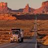 Un long ruban d'asphalte traversant comme un trait un paysage désertique : le mythe de la Route 66.