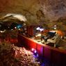 A 67 mètres sous terre, le Grand Canyon Caverns & Inn, dans une grotte cathédrale de 65 millions d'années faite de cristaux de calcite et de sélénite. Sur une plate-forme trônent deux grands lits et un coin salon. Ici règne un silence absolu !