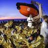 SAUVÉS DES EAUX.Réfugiés ou migrants, cette fois, ils ont eu de la chance. Alors que leur embarcation surchargée menaçait de sombrer, ces femmes et ces hommes ont été secourus par l'équipage du navire Topaz Responder affrété par l'ONG maltaise Moas et la Croix-Rouge italienne. Au total, 707 personnes ont pu être transférées à bord. En une seule journée, le 5 novembre dernier au large des côtes libyennes, 15 opérations de secours, soit le double de la veille, ont été menées par les navires des gardes-côtes italiens qui coordonnent l'ensemble des interventions. Rien ne semble pouvoir les décourager. Ni la mer démontée ni l'avidité des passeurs. Depuis le début de l'année, au moins 4220 candidats à l'exil ont trouvé la mort en Méditerranée.