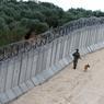 ENTRE DEUX MONDES.Côté syrien : des oliviers centenaires, splendides et presque incongrus dans ce Proche-Orient emporté par l'extrême violence et le terrorisme aveugle. Côté turc : une large bande de sable, des terrassements et des soldats en armes qui patrouillent. De part et d'autre du haut mur de béton hérissé de barbelés qui sépare les deux pays, la guerre est désormais partout. Impossible aujourd'hui d'échapper à ce conflit interreligieux entre deux courants de l'islam, le sunnisme et le chiisme, qui ne cesse de s'étendre. Presque tous les pays de la région sont touchés, la Turquie en tête, victime notamment de sa diplomatie à géométrie variable avec l'Etat islamique et de son jeu de dupes avec les forces kurdes, soutenues par la coalition internationale.
