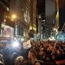 Des milliers de manifestants ont marché mercredi soir dans les rues de nombre de grandes villes américaines, comme ici à New York, pour protester contre la victoire inattendue de Donald Trump.