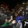 À Oakland, en Californie, des manifestants ont lancé des objets en direction des forces de police tout en brisant la vitrine d'un magasin. La police a riposté en tirant des gaz lacrymogènes.