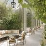 L'Atelier Jean Mus a opéré la rénovation du jardin de l'hôtel Ritz à Paris. Les alcôves douillettes, les beaux tilleuls en bac et une fontaine au bout de la pelouse rendent le lieu particulièrement plaisant.