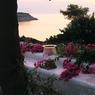 L'esprit méditerranéen est aussi présent dans cette propriété, qu'un armateur grec a fait construire sur les bords de la mer Égée. Photo issue de l'ouvrage de Dane McDowell, Jardins secrets de Méditerranée, Flammarion, 2016.