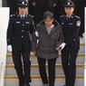 RETOUR. Une Chinoise soupçonnée de corruption, en fuite depuis 13 ans et réfugiée aux Etats-Unis, est rentrée ce mercredi 16 novembre à Pékin pour se rendre à la police, en dépit de l'absence d'accord d'extradition sino-américain. Yang Xiuzhu, 70 ans, était la première sur la liste des 100 principaux fugitifs recherchés par la Chine, qu'avait fait circuler Interpol l'an dernier. Ex-directrice adjointe du bureau de la construction de la province du Zhejiang (est), elle est accusée d'avoir détourné l'équivalent de 37 millions d'euros.