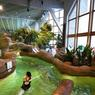 Dans les piscines d'Aquariaz, on se délasse en contemplant le paysage enneigé.