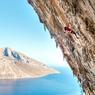 VOIR LA GRÈCE AUTREMENT.Cramponnée à la paroi calcaire de l'une des falaises de l'île de Kalymnos, cette alpiniste ne profite pas encore de la vue splendide sur la mer Egée. Mais elle le fera à coup sûr, une fois parvenue au sommet, car cette alliance exceptionnelle entre la mer et la montagne est justement ce qui attire tant de grimpeurs en ce lieu. Longtemps dédaignée par les touristes faute de pouvoir leur offrir des plages de sable fin, les autorités de cette île de l'archipel du Dodécanèse n'ont pris conscience qu'à la fin des années 90 tout le parti qu'elles pouvaient tirer de ses hauteurs rocheuses. Depuis, ses habitants l'exploitent à fond, en offrant plus de 2 500 voies d'escalade aménagée à des foules d'amateurs étrangers.