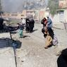 FUIR MOSSOUL.L'assaut lancé il y a déjà plus d'un mois contre Mossoul, dernier grand bastion de l'EL en Irak, a gagné le quartier rebelle de Tahrir, au nord-est de cette cité qui comptait encore 660000 habitants il y a deux ans. Ceux que l'on voit sur cette photo font partie des rares civils à avoir hésité jusqu'au dernier moment avant d'évacuer leur district, désormais pilonné par l'aviation américaine et quadrillé au sol par les brigades antiterroristes de l'armée régulière irakienne. Fortes de 45000 combattants, ces troupes continuent à progresser, mais avec des risques considérables, face à 6000 djihadistes qui ne reculent devant aucun moyen - voitures piégées, boucliers humains, kamikazes - pour retarder leur avancée.
