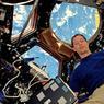 DANS SES RÊVES. Débarqué dimanche dernier à bord de la station spatiale internationale, Thomas Pesquet a choisi de poser pour son premier cliché à l'endroit préféré des occupants de ce laboratoire orbital : la coupole du module Tranquility, qui offre une vision à 360° sur la Terre et qui permet de piloter l'arrimage des vaisseaux de ravitaillement. Derrière notre spationaute de 38 ans, on aperçoit d'ailleurs (en jaune) le vaisseau Cygnus qui vient d'apporter plusieurs tonnes de fret, dont ses effets personnels. « Génial! Encore mieux que dans mes rêves », a-t-il commenté, visiblement convaincu que vivre en apesanteur pendant six mois, sans douche et à la merci constante d'une collision avec une micrométéorite, constitue le rêve de tout le monde!