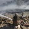SANS RELACHE. Depuis plusieurs mois, des hommes luttent pour éteindre des dizaines de puits de pétrole incendiés par le groupe Etat islamique près de Qayyarah, une petite ville dans le désert irakien à 60 km au sud de Mossoul. Mais venir à bout des flammes s'est avérée être une tâche complexe et dangereuse. Selon le programme environnemental de l'ONU, les incendies de pétrole brut «produisent un large éventail de polluants, notamment de la suie et des gaz qui entraînent des problèmes de santé comme des irritations de la peau et des essoufflements».