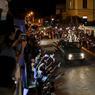 À La Havane, Matanzas, Cardenas, Cienfuegos, ou comme ici à Esperanza, des centaines de milliers de Cubains se sont massés mercredi au bord des routes pour saluer le passage de l'urne en scandant en coeur «Viva Fidel! Viva Fidel!».