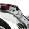 La coque arrière en aluminium intègre les feux et les clignotants.