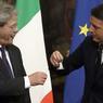 PASSATION DE POUVOIR. Le nouveau chef du gouvernement italien Paolo Gentiloni a dévoilé, ce lundi 12 décembre, la liste de son gouvernement formé, sans surprise, d'une majorité de ministres déjà présents dans l'équipe sortante dirigée par Matteo Renzi, une continuité dénoncée par l'opposition. Le passage de relais s'est déroulé avec le traditionnel échange de la clochette du Conseil des ministres entre les deux hommes qui s'étaient auparavant fait une chaleureuse accolade.