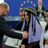 L'APPEL. Deux jeunes Yézidies d'Irak ont reçu ce mardi 13 décembre le prix Sakharov du Parlement européen à Strasbourg, et ont appelé à traduire les chefs de l'organisation Etat islamique devant la justice internationale. Nadia Murad et Lamia Haji Bachar (à droite) sont devenues des porte-parole de la communauté yézidie, minorité kurdophone persécutée par les djihadistes, après avoir été forcées à l'esclavage sexuel par l'EI et avoir réussi à s'enfuir. Les deux jeunes femmes, qui avaient revêtu des coiffes traditionnelles pour l'occasion, n'ont pu retenir leurs larmes dans l'hémicycle.