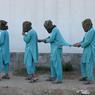 AUX SOURCES DU MAL. Cette photo a été prise le 6 décembre à Djalalabad, lors d'une conférence de presse de l'armée afghane. Il s'agissait de donner de l'importance à l'arrestation de huit talibans et de trois autres individus suspectés d'être des combattants de l'El, afin de masquer le bilan catastrophique du pouvoir en place à Kaboul. Acculé partout sur le terrain, celui-ci est en effet débordé par l'afflux de 2 millions de réfugiés, chassés de leurs villages par la guerre ou expulsés d'Europe et du Pakistan. Le chaos absolu, au cœur du pays qui a vu naître le terrorisme islamique   des moudjahidin d'hier aux salafistes d'aujourd'hui, en passant par l'al-Qaida d'Oussama Ben Laden  , ainsi qu'on l'oublie trop souvent.