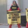 HAPPENING. Une quarantaine de militants de Greenpeace ont bloqué, ce mercredi 14 décembre, l'accès au siège d'EDF à Paris dans le but d'interpeller le groupe sur sa situation financière et sur les soupçons d'anomalies de fabrication sur certains réacteurs. Ceux-ci ont rapidement été délogés par les forces de l'ordre. Dans un communiqué, EDF a annoncé qu'il «portera(it) plainte contre Greenpeace suite à cette action». Le groupe «dénonce l'agression violente» organisée par l'ONG et «les propos mensongers proférés à cette occasion».