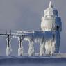 MERINGUE DE NOEL.Si vous faites partie de ceux qui ont regretté de ne pas voir assez tomber la neige cette semaine, ne rêvez quand même pas trop devant ce cliché. Car il en faut peu pour transformer ce phare en sculpture de glace : une température de zéro degré suffit, sans chute de neige aux alentours. Planté au sud-est du lac Michigan, pile en face de Chicago, le phare Saint-Joe gèle en effet dès qu'il y a du vent, grâce aux vagues d'eau douce que les rafales projettent alors sur sa jetée. Et cela donne des photos comme celle-ci, encore plus extraordinaires la nuit, quand le puissant faisceau de lumière rotative transperce la rotonde vitrée du dernier étage. Un monument emblématique des grands lacs américains, depuis plus de 150 ans.
