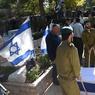 ENTERREMENTS. Des centaines d'Israéliens ont enterré ce lundi 9 janvier les quatre soldats tués la veille quand un Palestinien, présenté par Israël comme un sympathisant du groupe Etat islamique, a lancé son camion contre un groupe de militaires en excursion à Jérusalem. Ici en image, la dépouille du lieutenant Shir Hadjaj, dans un cercueil recouvert du drapeau à l'étoile de David, a été mise en terre au milieu de centaines de soldats de son unité et de proches rassemblés au cimetière du mont Herzl.